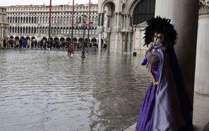 Открытие венецианского карнавала омрачилось наводнением